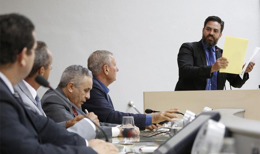 Léo Moraes destaca que caos na saúde do município recai sobre o Estado