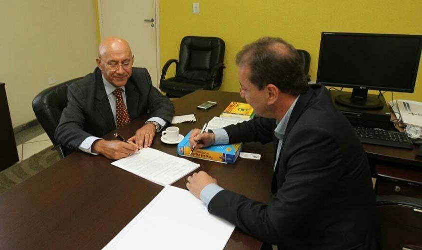 Governador assina transferência do prédio do relógio para prefeitura